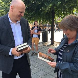 Alexander møtte oss da vi kom til Oslo og overrakte monika de første bøkene